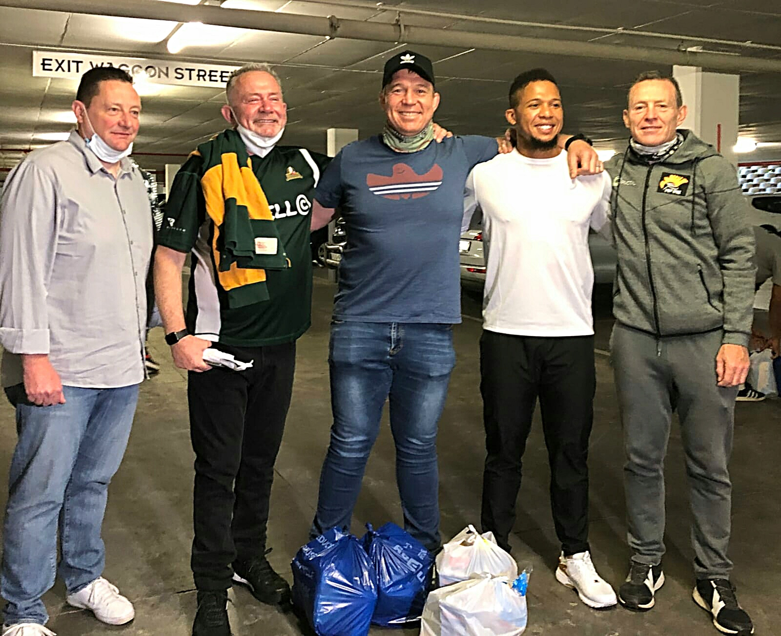 Rugby legends fill trolleys for charity 1 3
